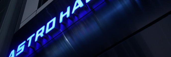 原宿アストロホール ファサードデザイン ブルーのカラーステンレスとLEDサイン